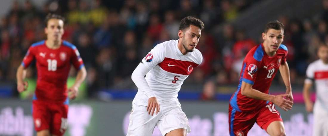 Turkeys Hakan Calhanoglu (C) runs with the ball during the Euro 2016 Group A qualifying football match between Czech Republic and Turkey in Prague on October 10, 2015