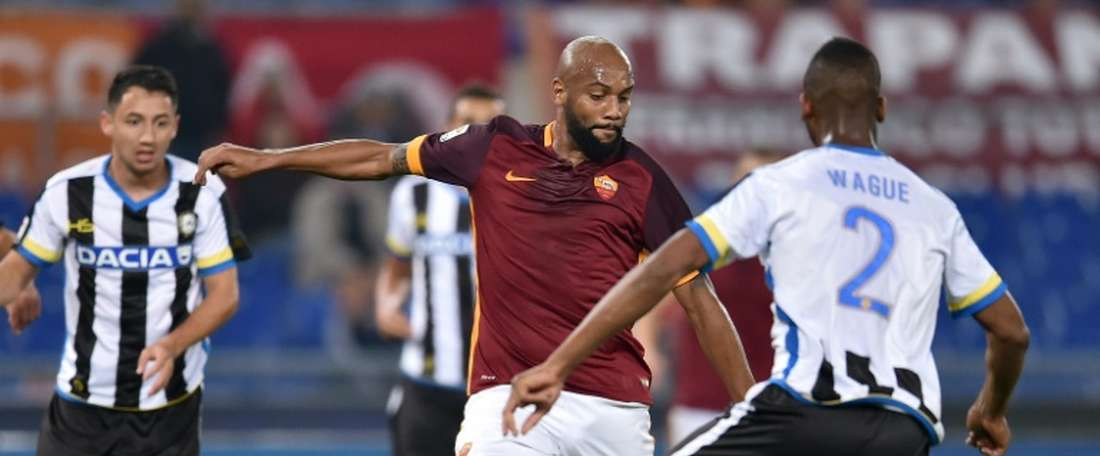 Romas defender from Brazil Maicon (L) vies with Udineses defender from Mali Molla Wague during the Italian Serie A football match on October 28, 2015 at Olympic stadium in Rome