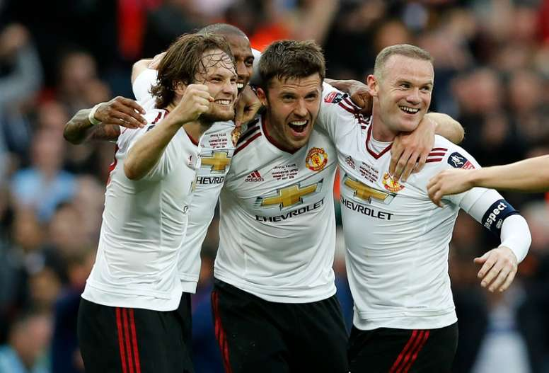 Ashley Young, tapado por Blind, podría volver a jugar con Rooney. AFP