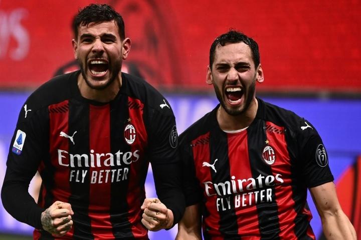 Milan não melhora a oferta a Çalhanoğlu para renovar. AFP