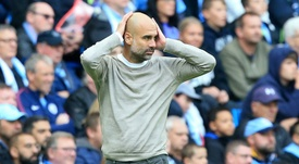 Guardiola alineó a dos centrocampistas en el centro de la zaga. AFP