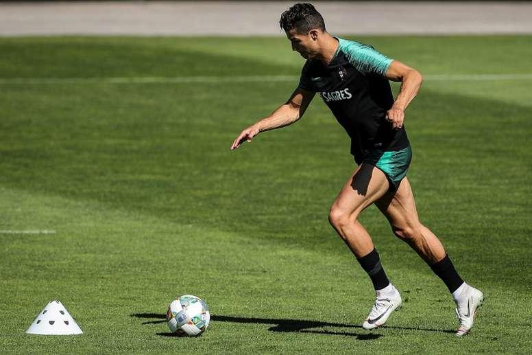 Cristiano Ronaldo sente incômodo na perna esquerda e fica fora de amistoso. AFP