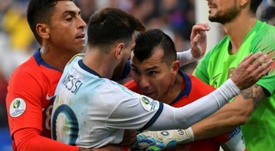 La revancha entre Messi y Medel, de partido inaugural. AFP