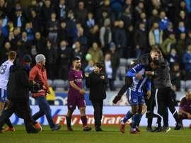 Agüero fue rodeado por varios hinchas del Wigan. AFP