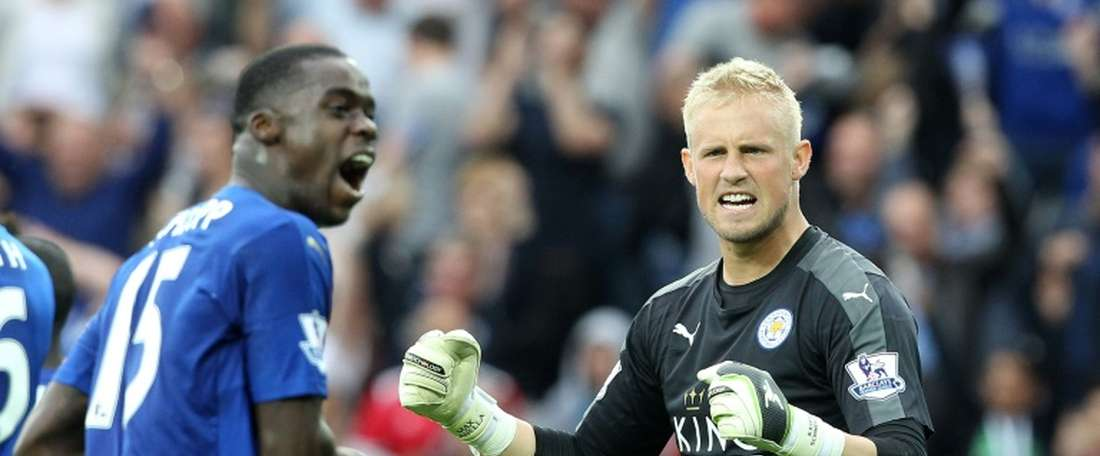 Leicester Citys goalkeeper Kasper Schmeichel (R) celebrates on the final whistle of an English Premier League football match against Aston Villa at King Power Stadium in Leicester, central England on September 13, 2015