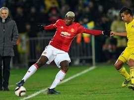 Paul Pogba observé par José Mourinho lors du match aller en Russie. AFP