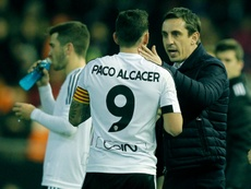 Valencias coach Gary Neville (R) speaks with forward Paco Alcacer during the Spanish Copa del Rey match against Las Palmas, in Valencia on January 21, 2016