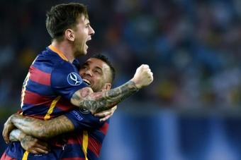 Dani Alves répond à Messi pour son record de trophées. Goal
