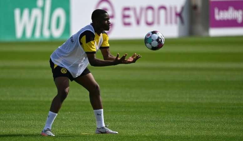 El director deportivo del Borussia calmó el 'hype' con Moukoko. AFP