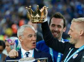 Claudio Ranieri (L) poses with defender Christian Fuchs (C) and keeper Kasper Schmeichel. BeSoccer