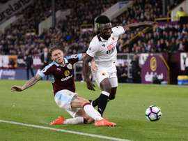 Watfords striker Isaac Success (R) takes on Burnleys midfielder Jeff Hendrick on September 26, 2016