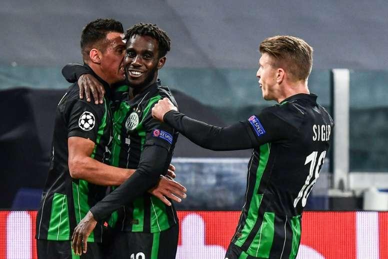 Uzuni (i) está cumpliendo su sueño al jugar la Champions League. AFP