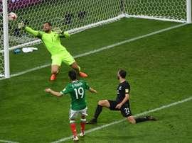 Peralta marcou o gol da vitória do México sobre a Nova Zelândia. AFP