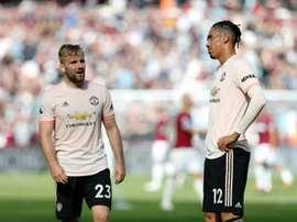 Smalling (d) cumple contrato con el United en junio de 2019. AFP