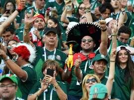 Los aficionados mexicanos arrojaron objetos durante el partido ante Suecia. AFP