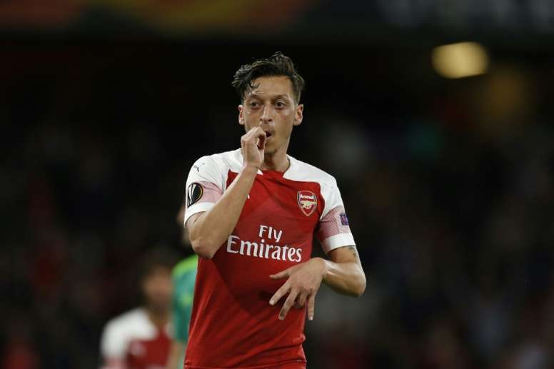 Özil sentenció el partido tras el gol en propia meta de Cathcart. AFP