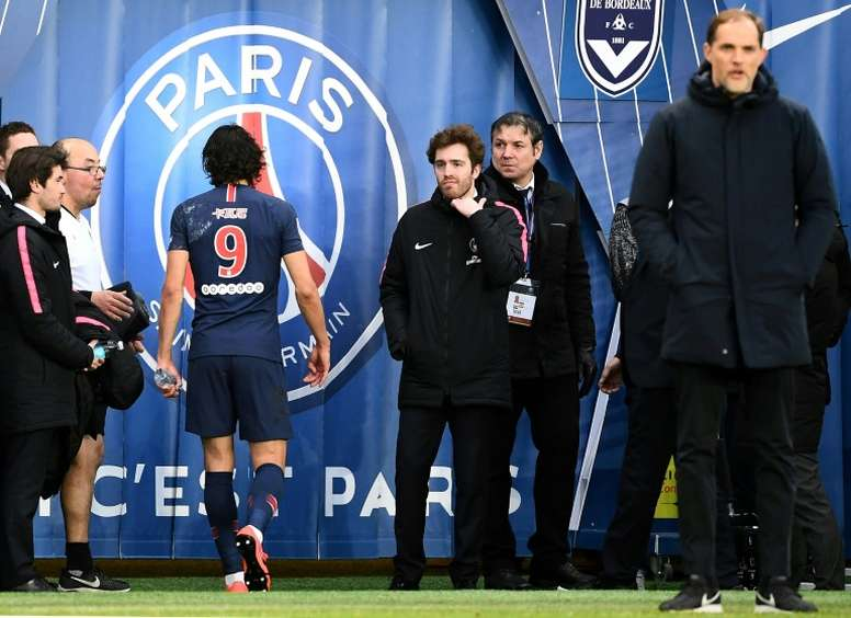 Cavani se lesionó tras anotar un penalti. AFP