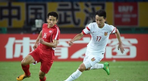 Chinas Rao Weihui (R) challenges North Koreas Ro Hak Su during the mens East Asian Cup football match in Wuhan on August 5, 2015
