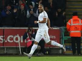 Ashley Williams celebra un tanto con el Swansea en un partido anterior. AFP