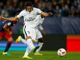 Paris Saint-Germains Uruguayan forward Edinson Cavani shoots and scores a goal during the French L1 football match between Caen and Paris Saint-Germain on September 16, 2016