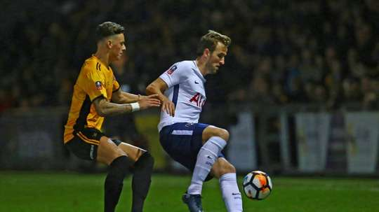 Ben White em lance com Harry Kane. AFP