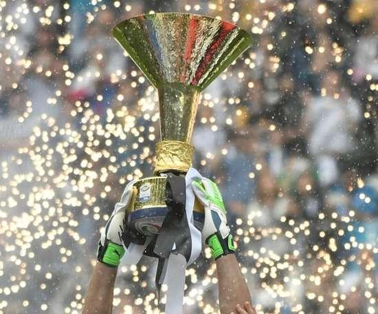 Gianluigi Buffon levanta a Taça de Campeão da Serie a. AFP