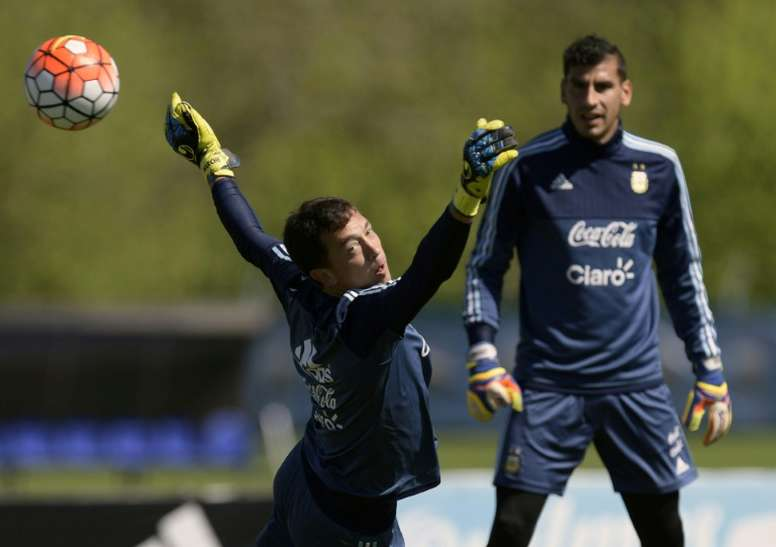 Nahuel Guzmán aseguró que todos quieren ayudar a Messi (izquierda). AFP