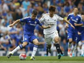 Chelseas Brazilian midfielder Oscar (L) vies with Swansea Citys South Korean midfielder Ki Sung-Yueng during their English Premier League football match in London on August 8, 2015