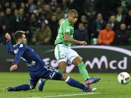 Saint-Etiennes forward Kevin Monnet-Paquet (R) shoot to score past Lyons defender Emanuel Mammana