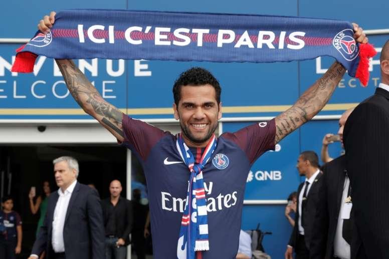 Alves ya es parisino. AFP