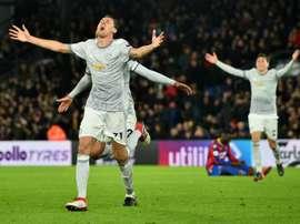 Matic celebra o seu incrível gol, e a vitória do Manchester United. AFP
