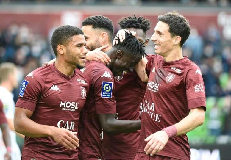 Senegalese Ibrahima Niane (C) celebrates. afp_en