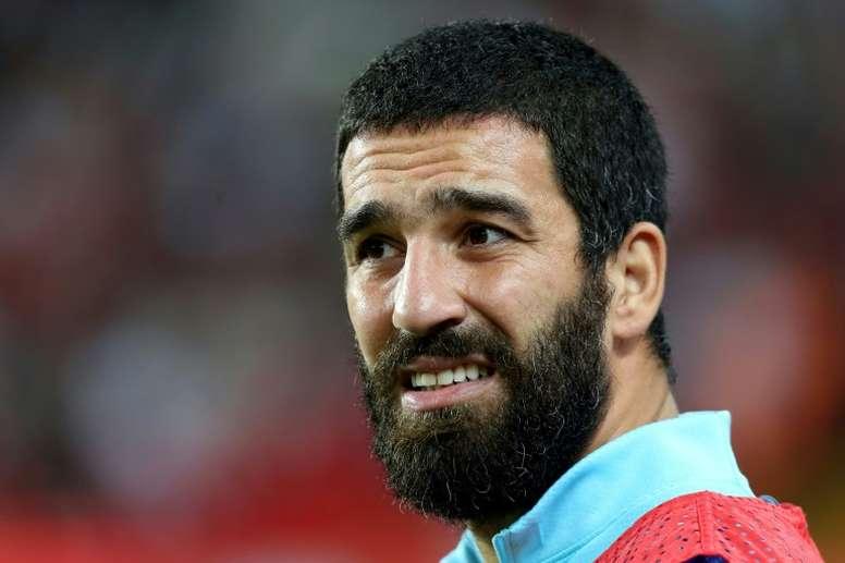 El centrocampista turco podría salir en cuestión de días. AFP