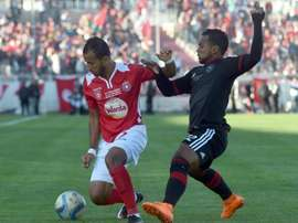 Etoile du Sahels Hamza Lahmar (L) is defended by Orlando Pirates Kermit Erasmus (R) during the second final of the 2015 CAF - Confederation of African Football Cup match at the Sousse Olympic stadium on November 29, 2015