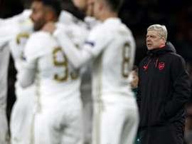 Wenger observa, incrédulo, enquanto os homens do Ostersunds celebram. AFP