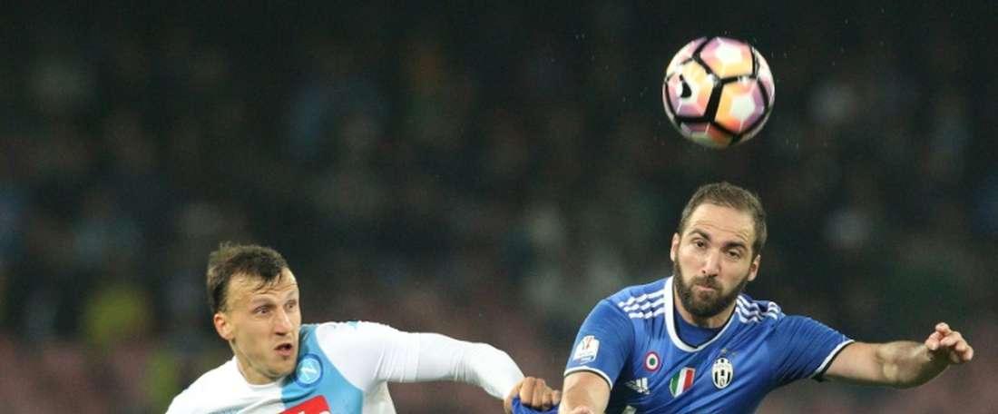 Chiriches (à esquerda na imagem) já vai na terceira época no Napoli. AFP