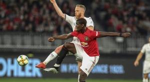 Les supporters de United font un clin d'œil à Pogba. AFP
