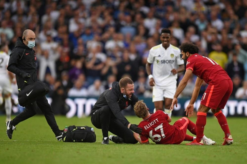 Harvey Elliott cayó lesionado tras una entrada de Pascal Struijk en el Leeds-Liverpool. AFP