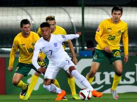 Englands Alex Oxlade-Chamberlain (C) takes the ball during a Euro 2016 Group E qualifying football match against Lithuania at LFF stadium in Vilnius on October 12, 2015