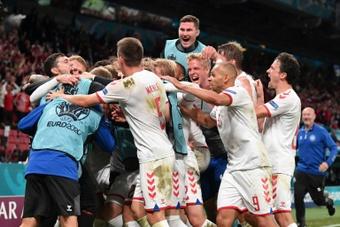Dinamarca vapuleó 1-4 a Rusia y se metió en octavos como segunda. AFP