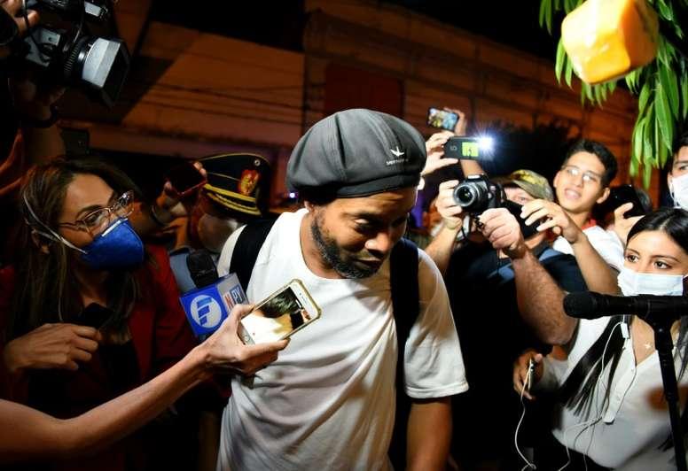 Ronaldinho tuvo que pedir a un jugador que dejara de darle patadas. AFP