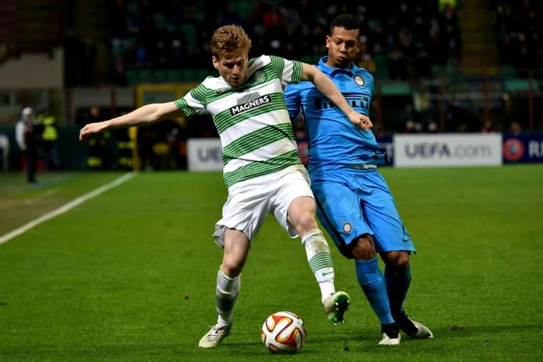 Celtics midfielder Stuart Armstrong (L) fights for the ball against Inter Milans midfielder Fredy Guarin during the UEFA Europa League football match February 26, 2015
