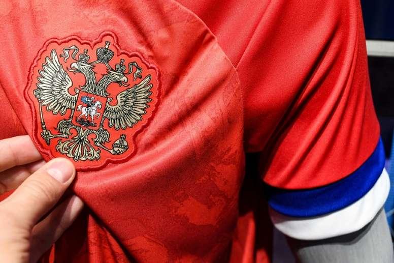 La camiseta tiene invertidos los colores de la bandera rusa. AFP