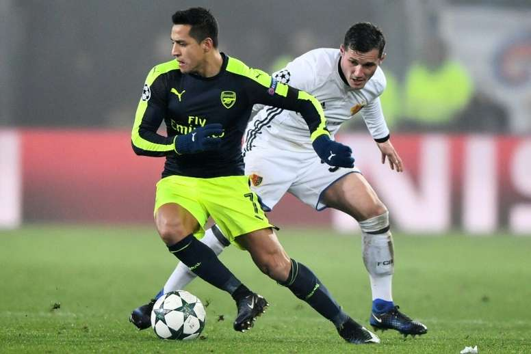 Arsenals forward Alexis Sanchez (L) vies with Basels midfielder Taulant Xhaka during the UEFA Champions league Group A football match December 6, 2016