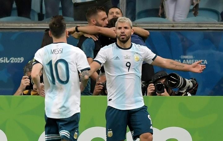 Messi e Aguero são dois dos craques que ficam livres em 2021. AFP