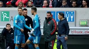 Neuer deixa o campo machucado. AFP