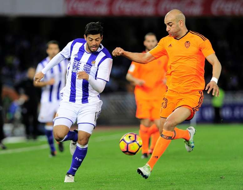 Real Sociedads forward Carlos Vela (L) vies with Valencias Tunisian defender Aymen Abdennour (R) during the Spanish league football match December 10, 2016