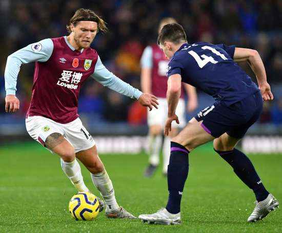 Newcastle have signed former Burnley midfielder Jeff Hendrick (L). AFP