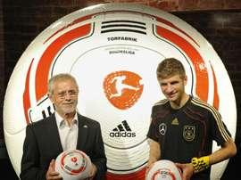 Germanys striker Thomas Mueller (L) and German football legend Gerd Mueller pose in Erasmia, South Africa on June 15, 2010
