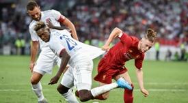 Elliott (d) fichó por el Liverpool. AFP